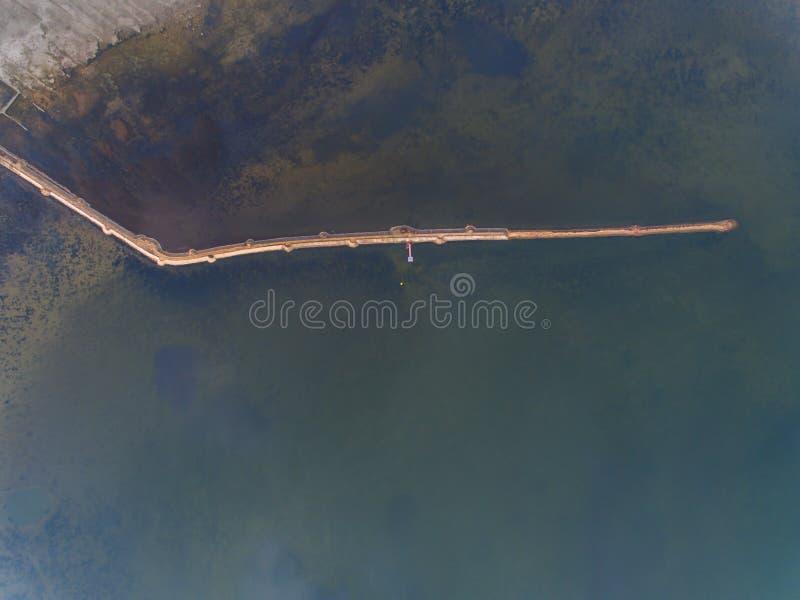 Imagem de Ariel de um lago com estrada imagens de stock royalty free