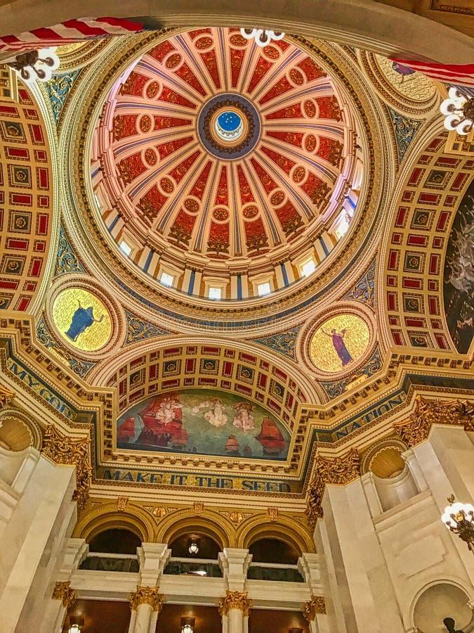 Imagem de baixo ângulo do belo teto e paredes do Capital Building em Harrisburg, Pensilvânia imagens de stock