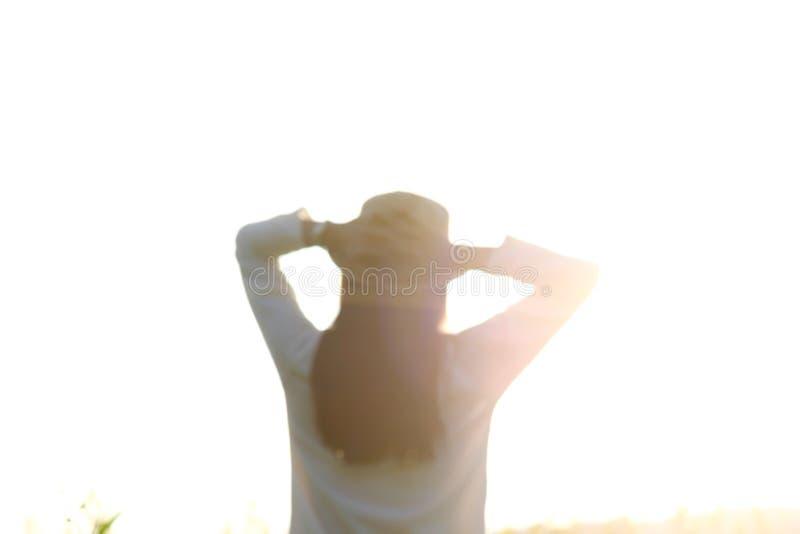Imagem de Blured da menina adolescente que relaxa com luz do sol imagens de stock