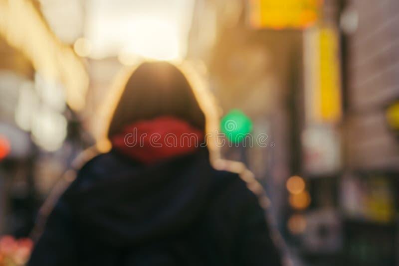 Imagem de borrão da pessoa fêmea irreconhecível na rua imagem de stock