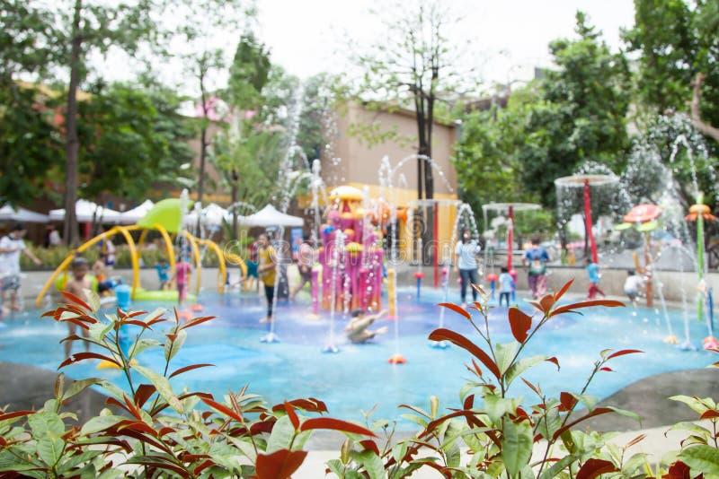 Imagem de borrão do parque do divertimento da água das crianças no campo de jogos público imagens de stock royalty free