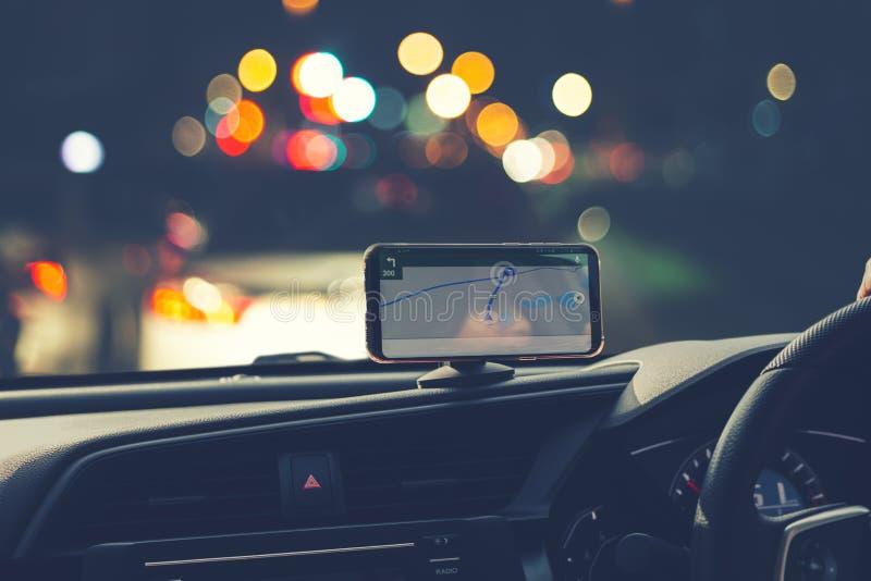 Imagem de borrão dos povos que conduzem o carro na noite fotos de stock