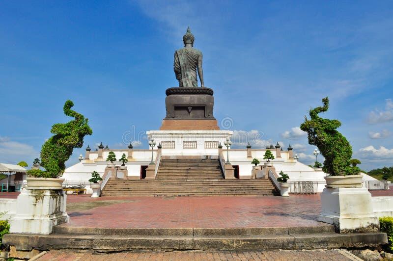 Imagem de Buddha com as árvores de elefante em Phutthamonthon imagem de stock royalty free