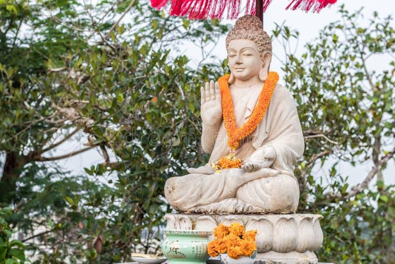 Imagem de buddha da estátua da Buda usada como amuletos da religião do budismo Ilha tropical Bali, Indonésia Ao norte de Bali fotos de stock