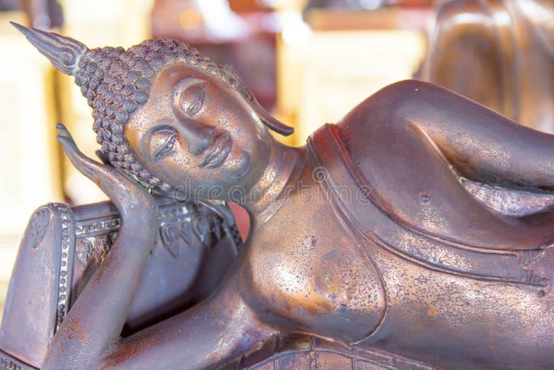 Imagem de buddha de reclinação com fundo abstrato imagens de stock royalty free