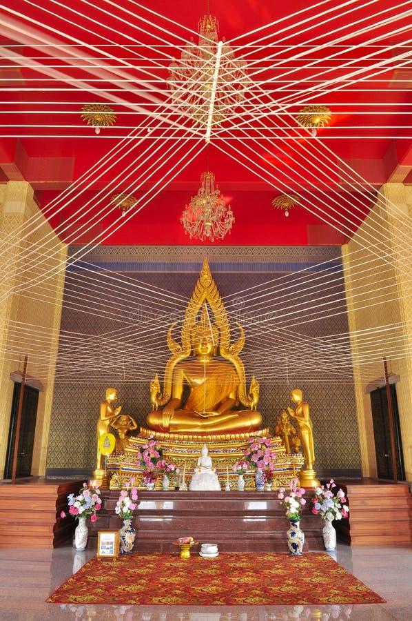 Imagem de buddha do ouro com a linha santamente em Wat Phai Lom fotos de stock royalty free