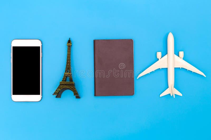 Imagem de camada plana do vestuário acessório para planejar viagens em fundo azul, Conceito de viagem, Visão geral do Traveler fotografia de stock