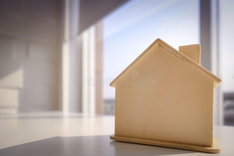 Imagem de claro - casa modelo de madeira marrom imagens de stock royalty free