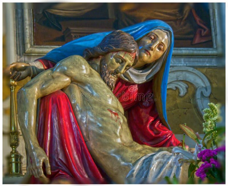 imagem de Cristo ap?s a crucifica??o guardada por nossa senhora Est?tua em uma igreja de Treviso imagens de stock royalty free