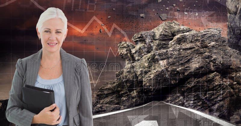 Imagem de Digitas da mulher de negócios que guarda o diário ao estar na estrada contra a rocha e os gráficos ilustração do vetor