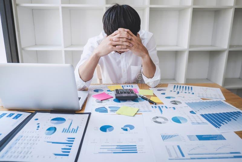 Imagem de documento forçado frustrante do homem de negócios e do gráfico com o portátil do computador no local de trabalho fotos de stock royalty free