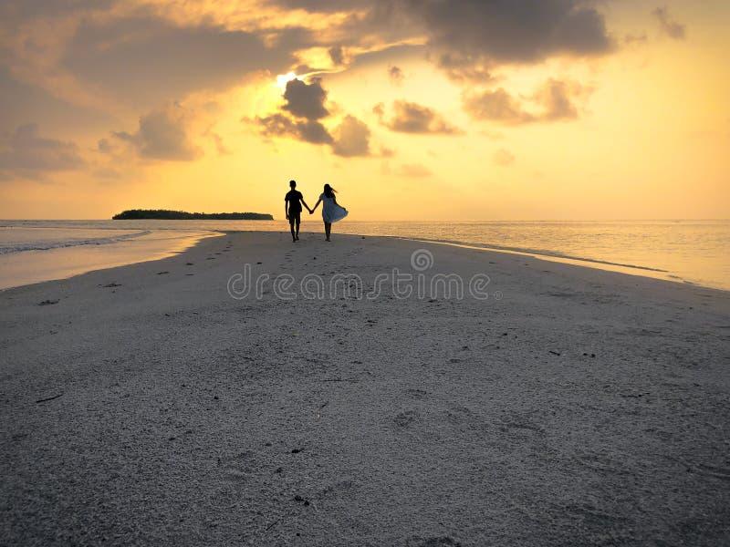 A imagem de dois povos no amor no por do sol foto de stock