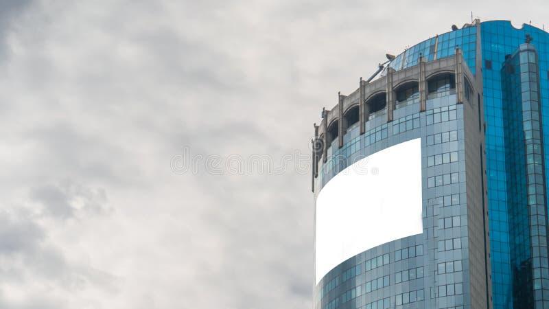 Imagem de encaixe - Outdoor branco em branco ou grande exibição de anúncio no arranha-céu foto de stock royalty free