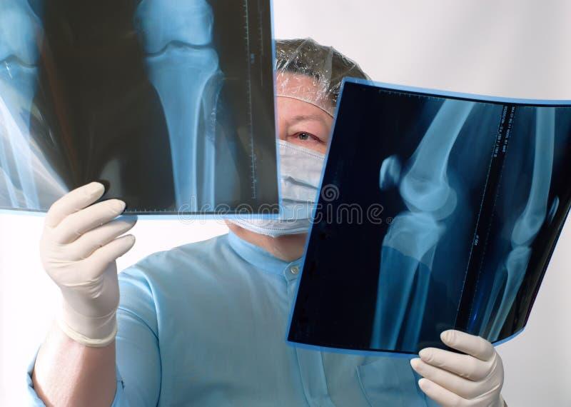 Imagem de exame do doutor maduro raio X imagem de stock
