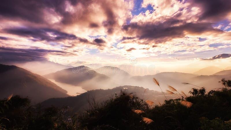 Imagem de fundo da inspiração de raios do sol acima das montanhas fotos de stock royalty free
