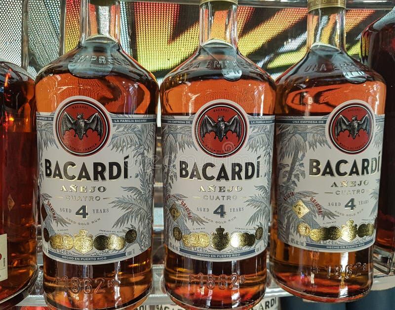 Imagem de garrafas para a venda, um rum muito conhecido de Bacardi feito em Porto Rico e exportado tudo em todo o mundo imagem de stock