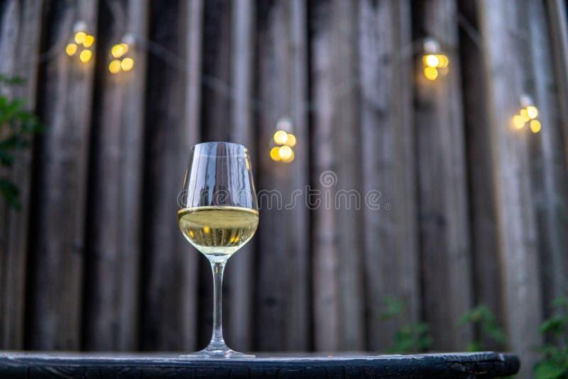 Imagem de glas vazios do vinho com fundo imagem de stock royalty free