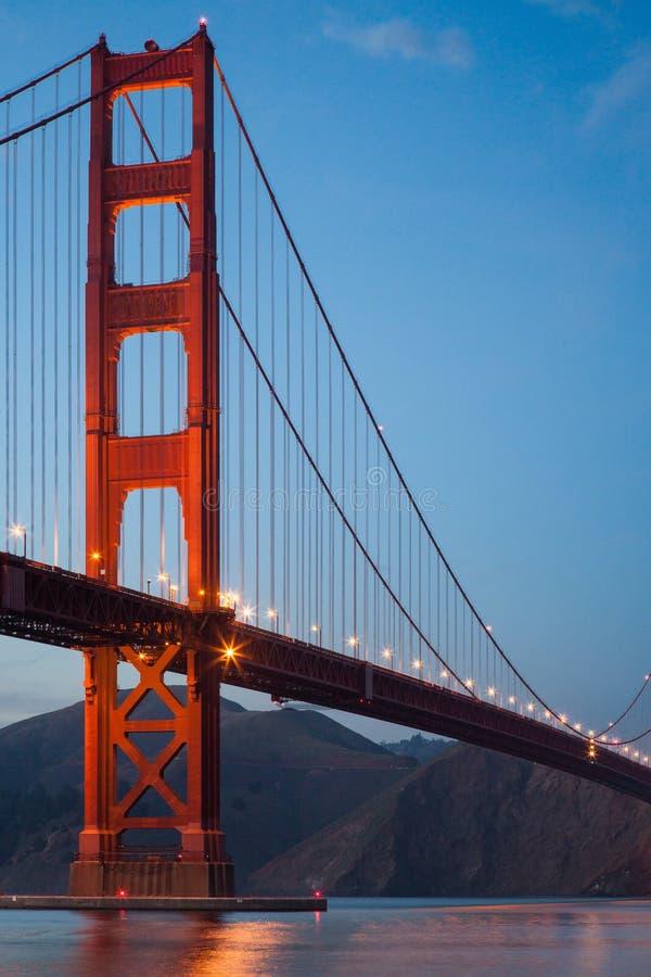 Imagem de golden gate bridge no crepúsculo imagens de stock