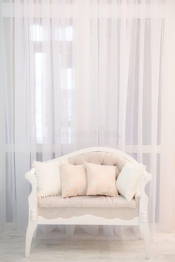 Imagem de Minimalistic de um sofá macio bege leve foto de stock royalty free