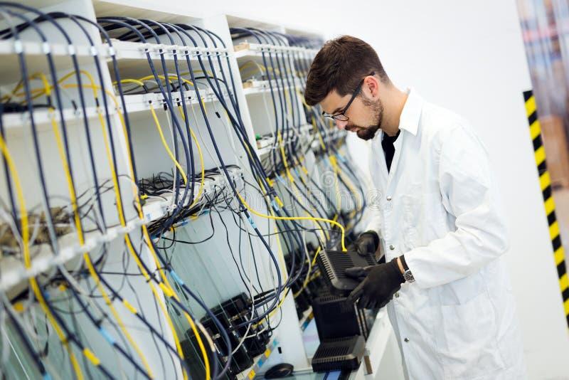 Imagem de modens dos testes do técnico da rede na fábrica imagens de stock