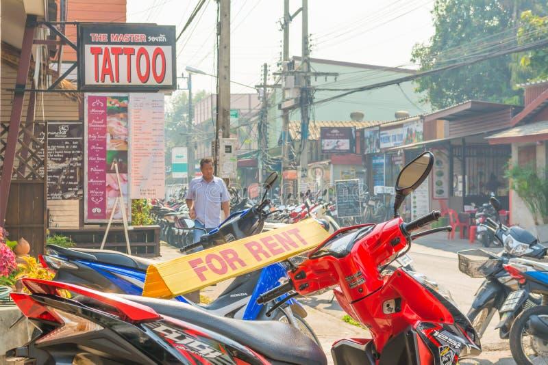 imagem de motocicleta não identificada para o aluguel e de turistas em Chian imagens de stock