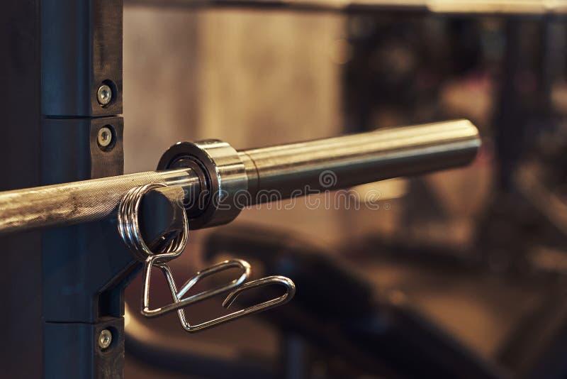 Imagem de pesos de um barbell do equipamento do exercício no gym dos esportes foto de stock royalty free
