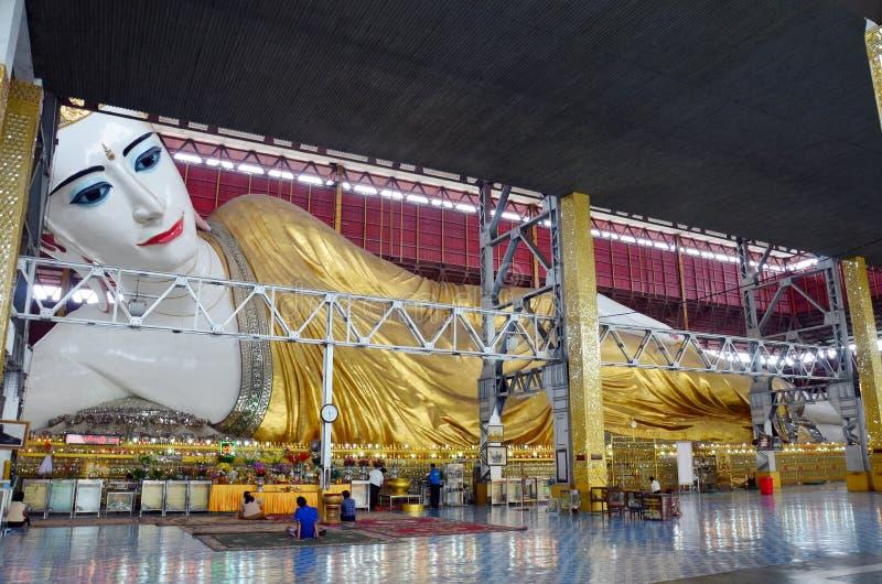 Imagem de reclinação da Buda de Chauk Htat Gyi no pagode de Kyauk Htat Gyi em Yangon, Burma foto de stock royalty free
