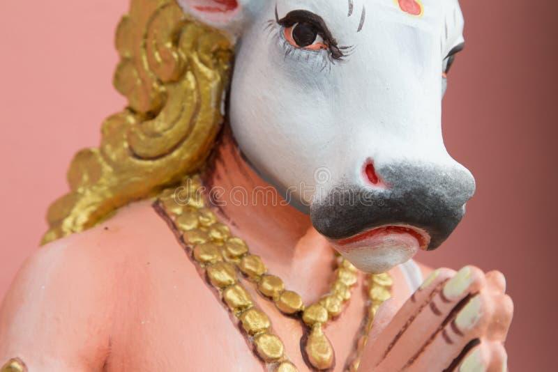 Imagem de rezar hindu da estátua da vaca sagrada imagens de stock