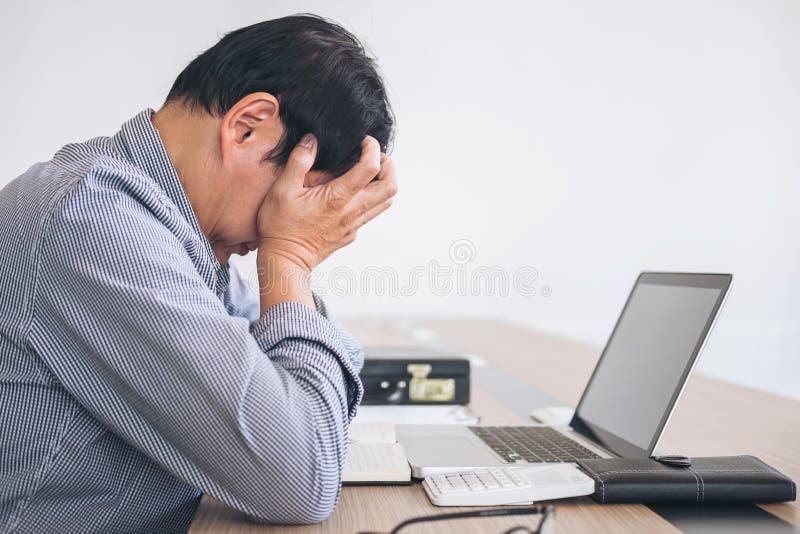 Imagem de sagacidade forçada frustrante do negócio do homem e do gráfico de negócio fotos de stock royalty free