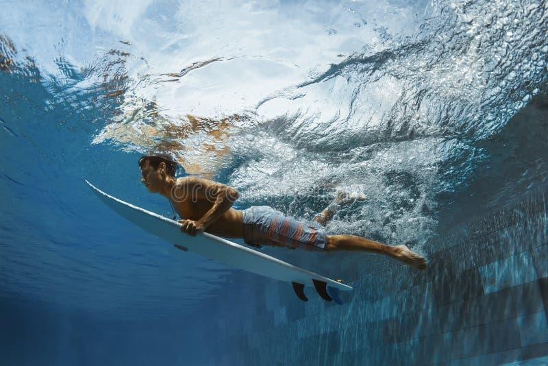 Imagem de surfar uma onda Sob a imagem da água fotos de stock