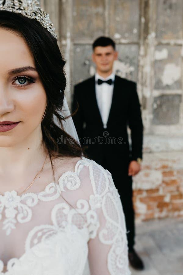 Imagem de surpresa de um par do casamento perto do castelo velho imagem de stock royalty free