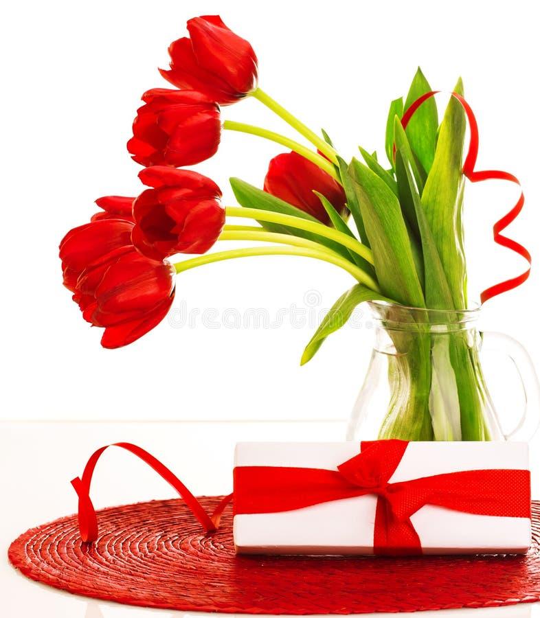 Tulipas vermelhas e caixa atual imagens de stock royalty free