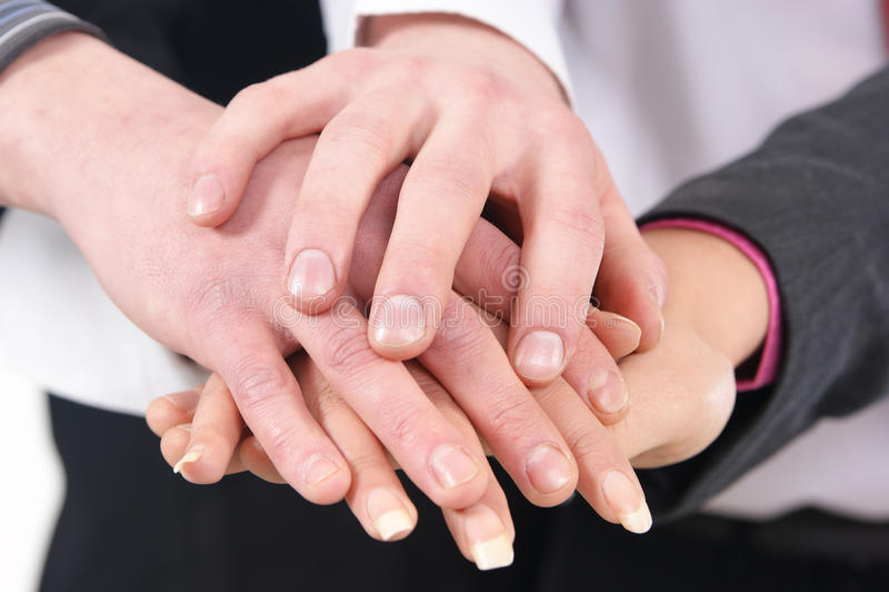 Imagem de um aperto de mão entre um grupo de pessoas imagens de stock royalty free