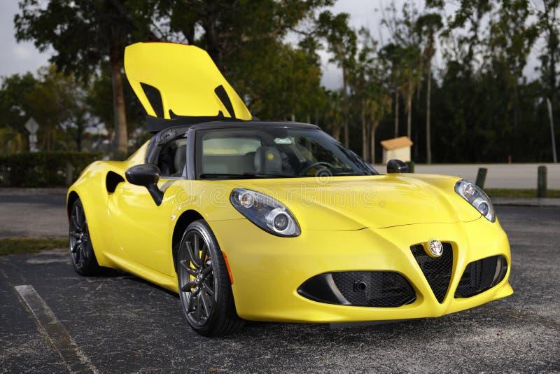 Imagem de um carro de esportes amarelo brilhante de Alfa Romeo foto de stock