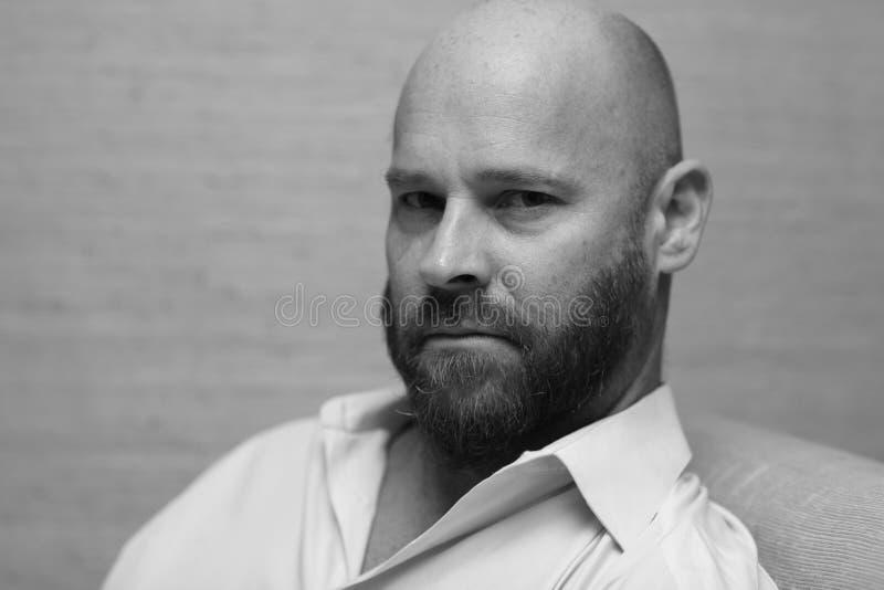 Imagem de um homem calvo resistente fotografia de stock royalty free