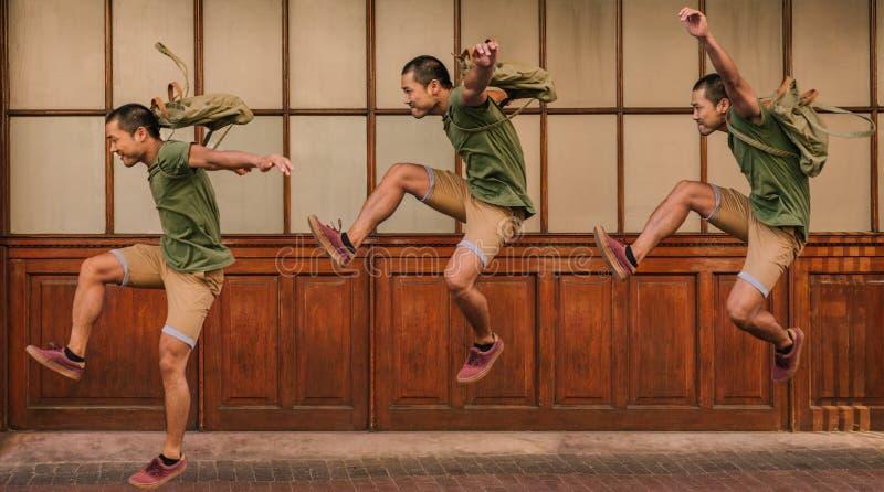 Imagem de um homem novo que salta com exposição múltipla imagens de stock