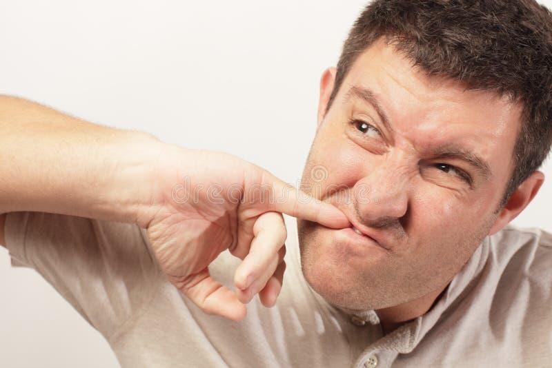 Imagem de um homem que escolhe seus dentes fotografia de stock