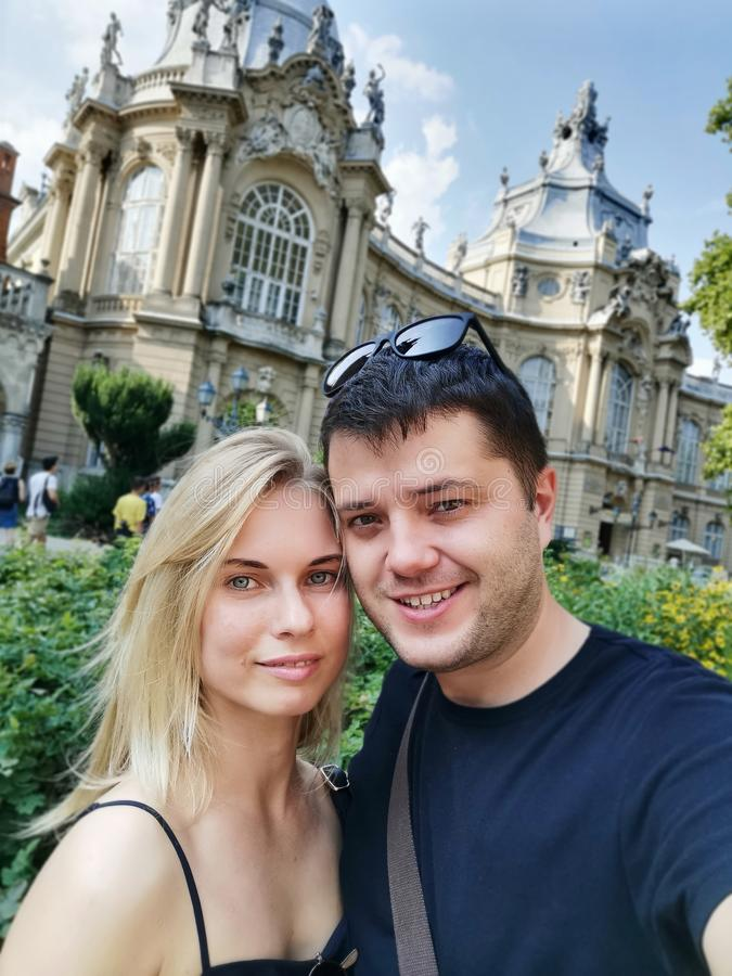 Imagem de um jovem casal apaixonado por andar na cidade contra o pano de fundo das atrações imagens de stock royalty free