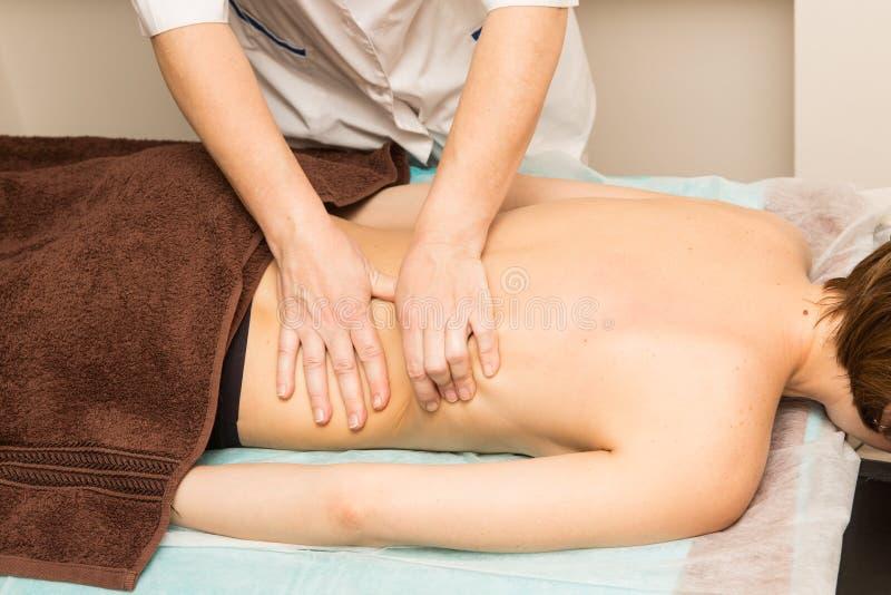 Imagem de um massagista que dá a massagem traseira de relaxamento foto de stock royalty free