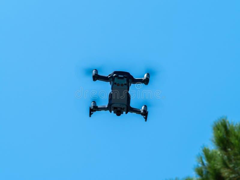 Imagem de um zangão sob o céu azul no voo completo fotos de stock royalty free