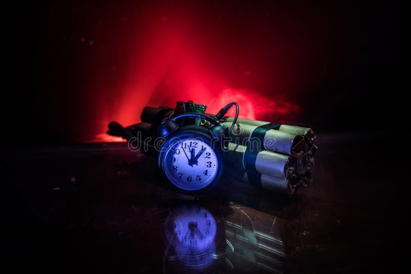 Imagem de uma bomba-relógio contra o fundo escuro Temporizador que conta para baixo à detonação iluminada em uma luz do eixo que  fotos de stock royalty free