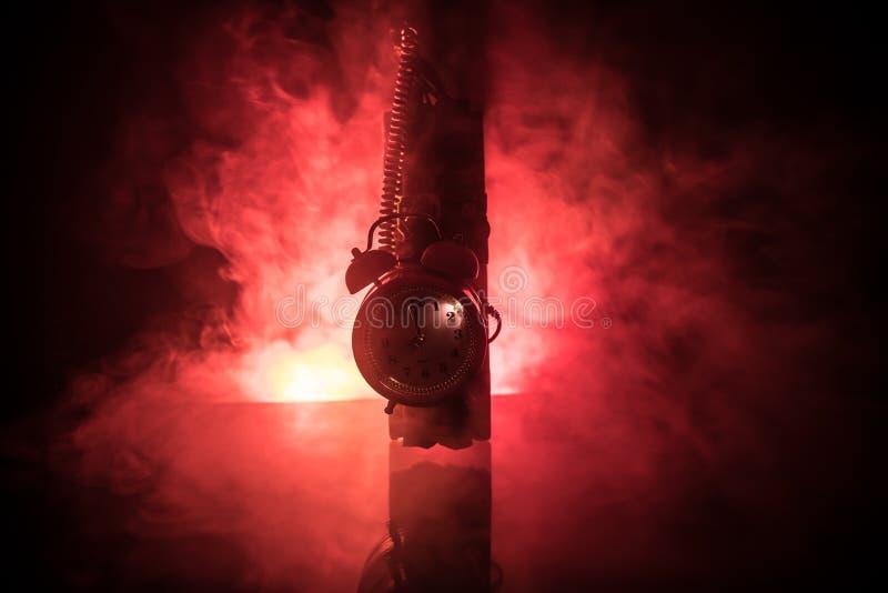 Imagem de uma bomba-relógio contra o fundo escuro Temporizador que conta para baixo à detonação iluminada em uma luz do eixo que  fotografia de stock royalty free