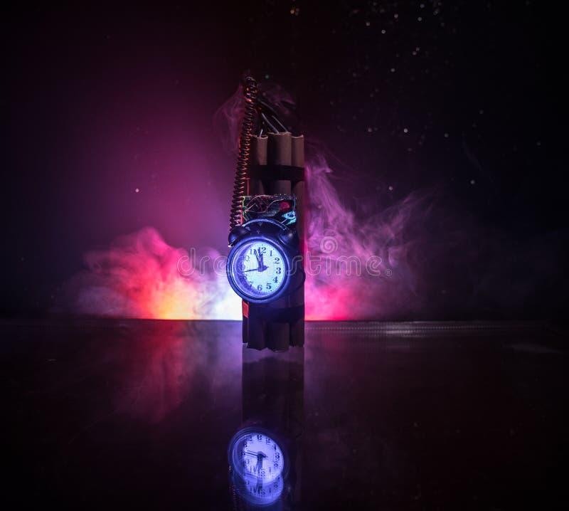 Imagem de uma bomba-relógio contra o fundo escuro Temporizador que conta para baixo à detonação iluminada em uma luz do eixo que  foto de stock royalty free