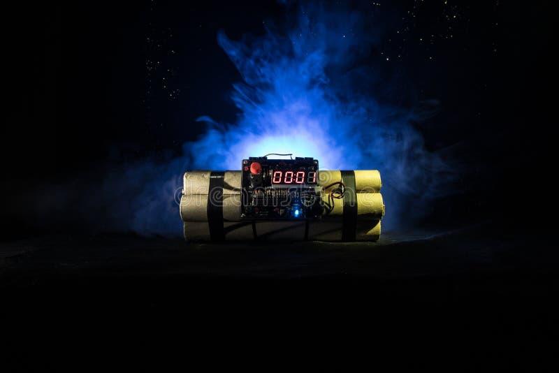 Imagem de uma bomba-relógio contra o fundo escuro Temporizador que conta para baixo à detonação iluminada em um brilho claro do e fotos de stock