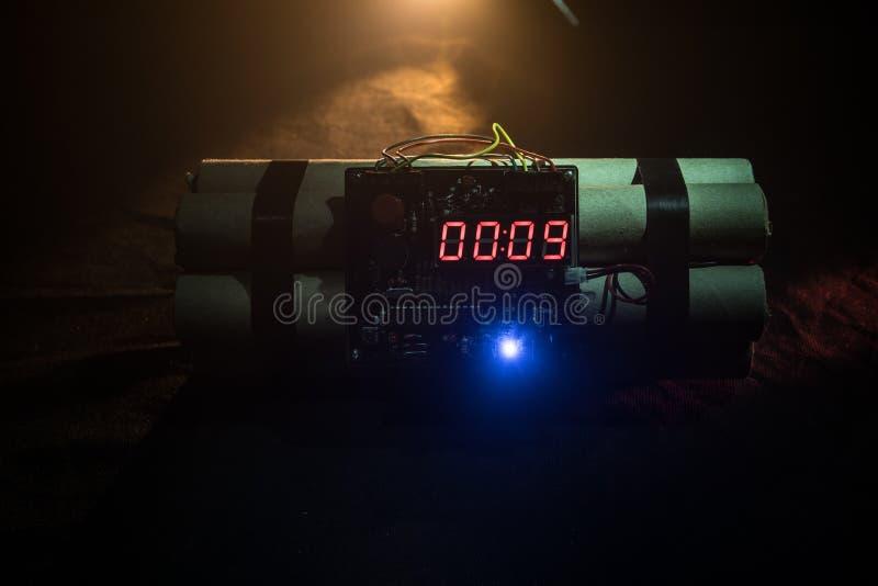 Imagem de uma bomba-relógio contra o fundo escuro Temporizador que conta para baixo à detonação iluminada em um brilho claro do e foto de stock