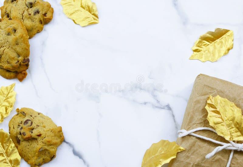 Imagem de uma borda de Natal no topo de uma mesa de mármore fotografia de stock royalty free