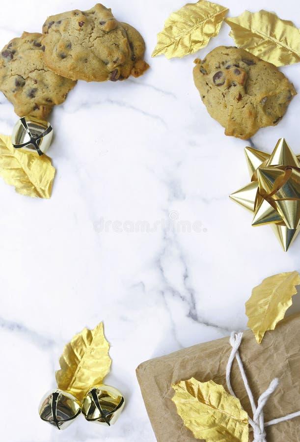 Imagem de uma borda de Natal no topo de uma mesa de mármore imagens de stock royalty free
