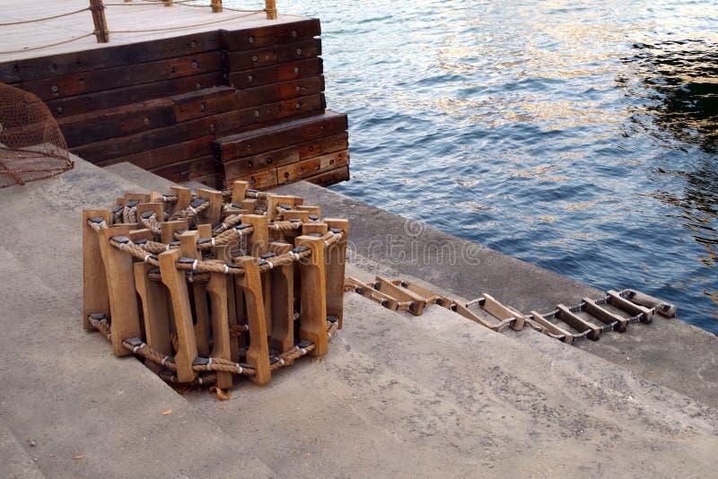 A imagem de uma escada marinha usada para embarcar geralmente barcos a bordo quando estiverem no mar, igualmente chamou a escada  imagem de stock royalty free