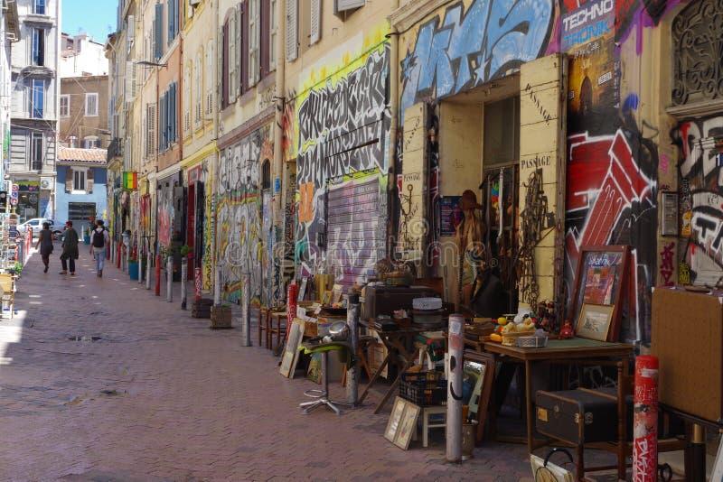 Imagem de uma loja antiga original no meio de uma rua pedestre no sexto distrito de Marselha imagem de stock