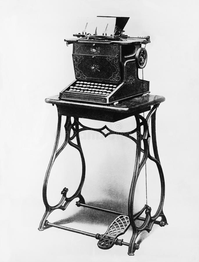 Imagem de uma máquina de escrever em um suporte (todas as pessoas descritas não são umas vivas mais longo e nenhuma propriedade e foto de stock